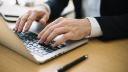 Seria ThinkPad T swoje początki miała już w roku 2000, kiedy to IBM zdecydowało się wypuścić na rynek konsumencki laptopy dla przedsiębiorców