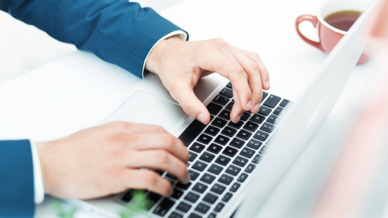 Duża część użytkowników laptopów regularnie używa słuchawek lub głośników podczas oglądania filmów czy słuchania ulubionych utworów