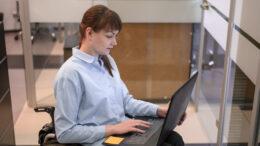 Sprzęt taki jakLenovo ThinkPad X1 Titanium Yoga Gen 1to też dotykowy ekran, który docenia wielu ludzi, choćby ze względu na to, że przyśpiesza on pracę na laptopie, czyli zwiększa wygodę